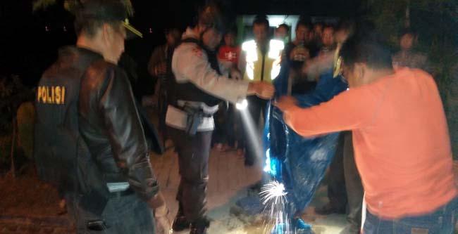 Tim Jihandak Geganan Sat Brimob Polda Jatim bersama (kiri) Kapolsek Porong Kompol Adrial membongkar isi dalam tas dan berisi sajadah, mukenah (gus HP)