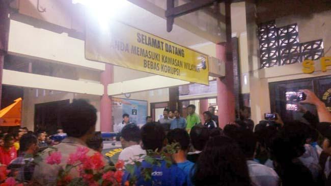 Diduga Ditusuk, Ratusan Anggota PSHT Luruk Polsek Kota Lamongan