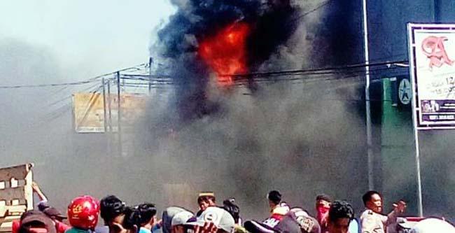 Toko Bumi Bangunan di jalan Asembagus Situbondo tampak Dilalap Sijago Merah. (im)