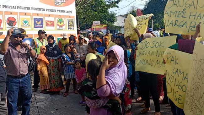 Kemelut Pengangkatan Pj Kades Pesing, Camat Purwoasri Diluruk Warga