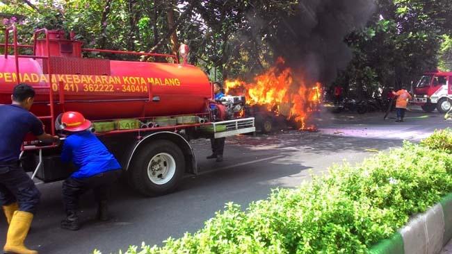 Konslet, Hijet 1000 Terbakar di Jl Jakgung Suprapto Malang