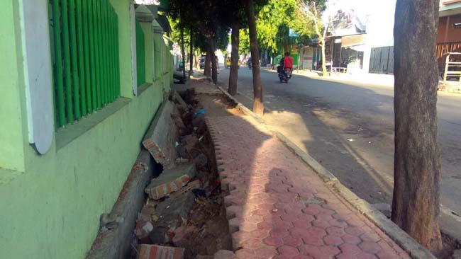 Warga Keluhkan Trotoar Rusak, Ganggu Pejalan Kaki