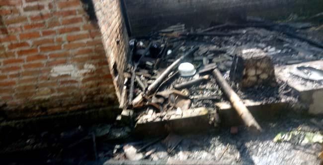 Kondisi rumah korban Nurika,pasca kebakaran melelap bagian dapur dan atap rumah (gus)