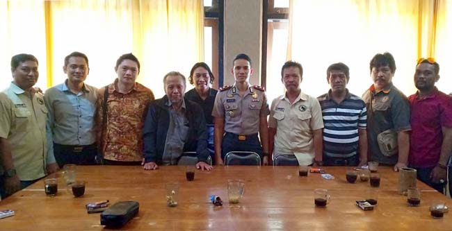 Eko Sukartono, Endras Puji Yuwono, Agus Setiawan dan anggota elemen masyarakat, bersama Waka Polres Banyuwangi, Kompol Oskar Syamsuddin
