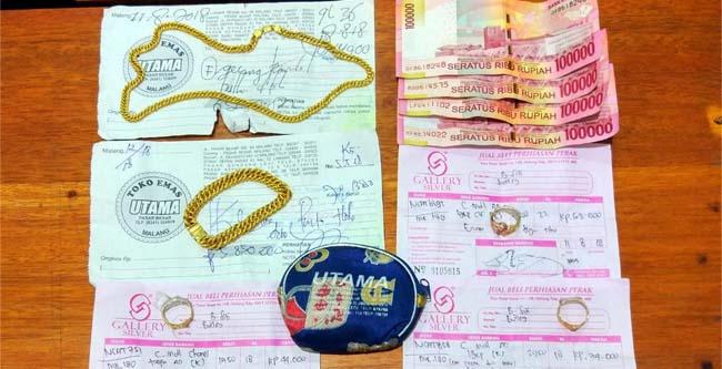 Perhiasan emas diamankan dari tangan Siti. (ist)