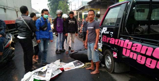 Korban kecelakaan Su'en saat di jalan raya Kedungwonokerto,Prambon ( Memo X Agus HP)
