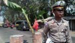 Jalan Jember – Surabaya Rusak Berlubang, Warga Tutup dengan Drum