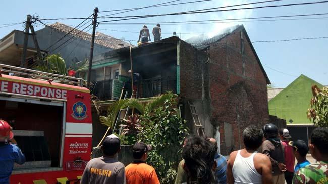 Kondisi rumah Slamet saat terbakar mengeluarkan asap putih, dipadamkan petugas Damkar (gus)