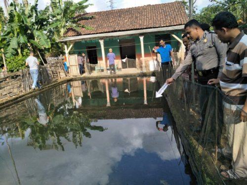 proses evakuasi dan identifikasi medis korban tenggelam di kolam ikan