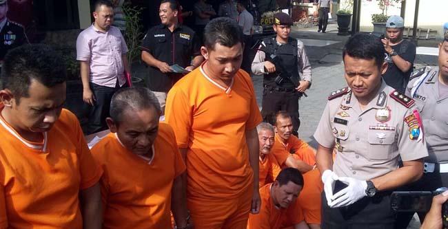 Tiga tersangka kasus perampasan/debkolektor saat di mintai keterangan oleh Kapolres Mojokerto Kota