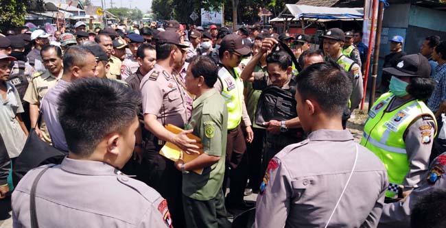Eksekusi lahan asset desa Krembung,dikawal ketat petugas kepolisian (gus)