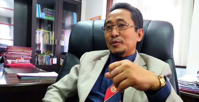 Dekan FH UB Dr. Rachmad Syafa'at, SH., MH, saat melayani pertanyaan awak media. (rhd)