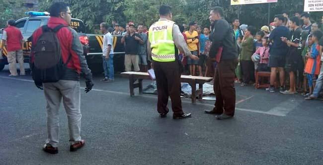 Jenazah korban,Aisyah Nur Ihsani saat di evakusi petugas dan dilarikan ke RS.Siti Fatimah (gus)