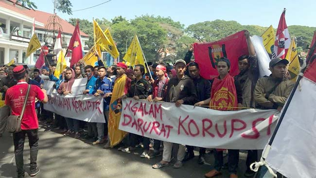Kecewa  Ulah Korupsi 41 Anggota Dewan Kota Malang, Mahasiswa Desak Masuk Gedung DPRD