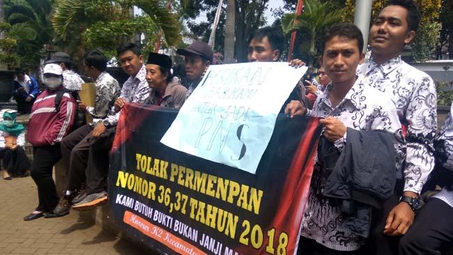 Ratusan GTT Kabupaten Malang Luruk Gedung Dewan