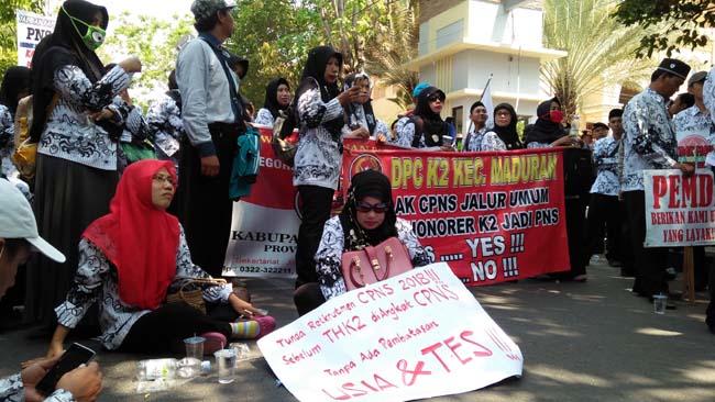 Ratusan Guru Honorer di Lamongan Gelar Demo, Ajukan 6 Tuntutan