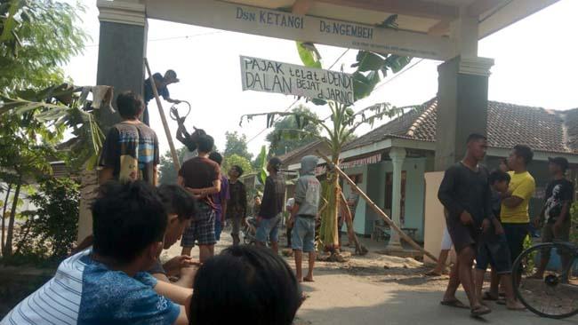Warga Ngembeh Protes, Jalan Poros Ditanami Pohon Pisang