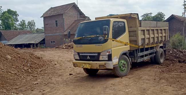 Dump Truk di tinggal di lokasi tambang galian C Desa Dasri, Kecamatan Tegalsari yang di tinggal sopirnya, dan diberi Police line oleh anggota Reskrim Polres Banyuwangi