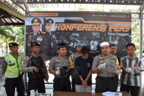polisi tunjukkan pelaku beserta barang buktinya