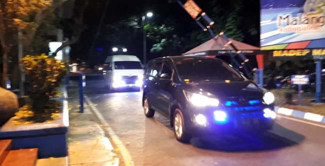 Mobil KPK keluar dari pendopo. (gie)