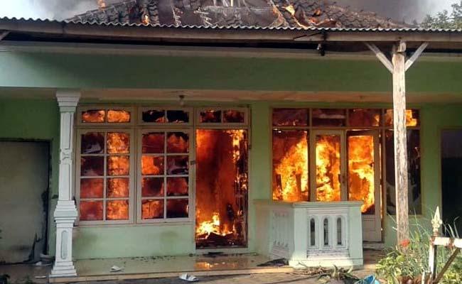 Kabel Listrik Terbakar, Rumah di Jl Candi Bajang Ratu Ludes