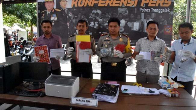 polisi tunjukkan hasil PTT yang diduga pungli iuran dana jasa pelayanan