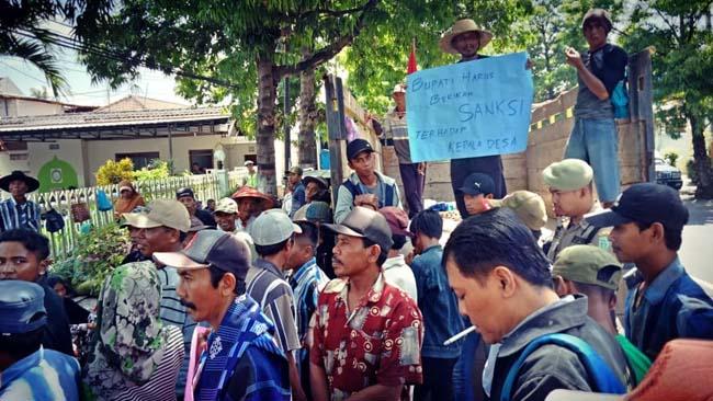 Petani Pesisir Selatan Demo di Gazebo Alun-alun, Bupati Lumajang Segera Panggil Kades Pandanwangi