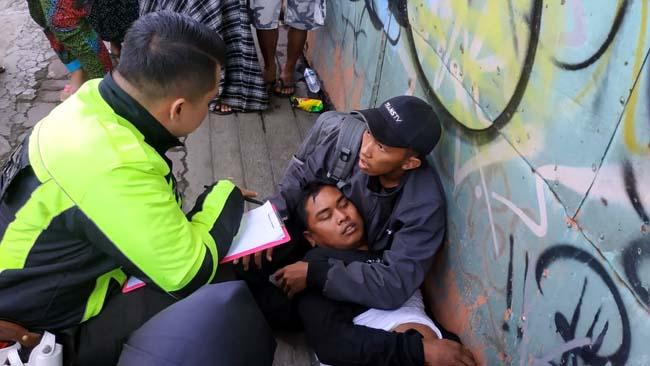 Sopir Ngantuk, Mobil Berpenumpang 17 Orang Nabrak Pembatas Fly Over