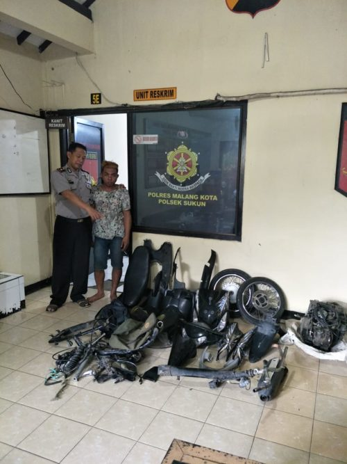 Kapolsekta Sukun Kompol Anang Tri Hananta SH saat membawa tersangka Azis ke barang bukti. (Ist)