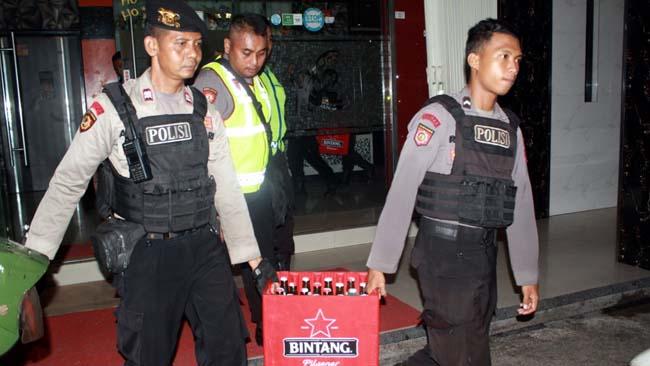DIAMANKAN - Ratusan botol minuman keras (miras) diamankan petugas gabungan Polresta, Kodim 0816 dan Satpol PP Pemkab Sidoarjo dari sejumlah karaoke di Kota Delta, Sabtu (15/12/2018) malam