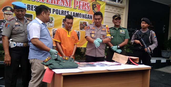dengan Anggota polres Lamongan saat press rilis penipuan TNI gadungan