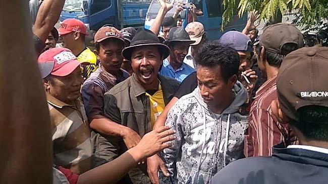 Aset Pasar Kiringan Duduga Akan Diambil Alih Kades, Ratusan Warga Turi Gelar Demo