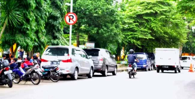 BANDEL : Tetap parkir di area larangan parkir, Kamis (3/1/2019). (rhd)