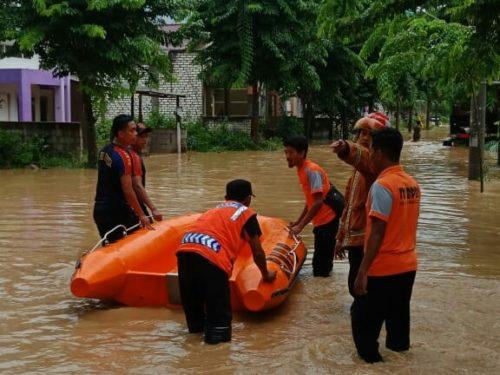 Sejumlah petugas saat mengevakuasi warga Perumahan Graha Indah Paciran Lamongan yang terdampak banjir.