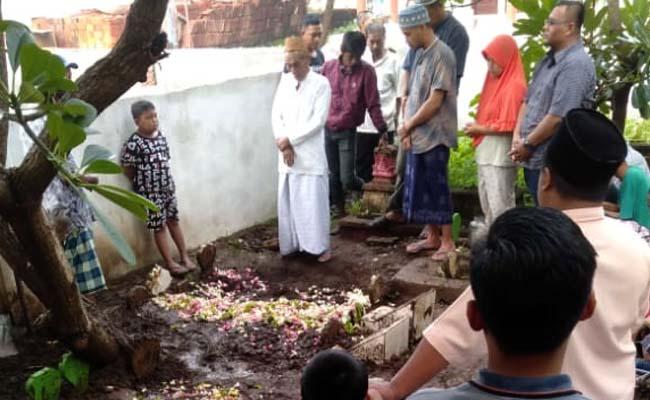 Isak Tangis Warnai Pemakaman Korban Setrum Maut