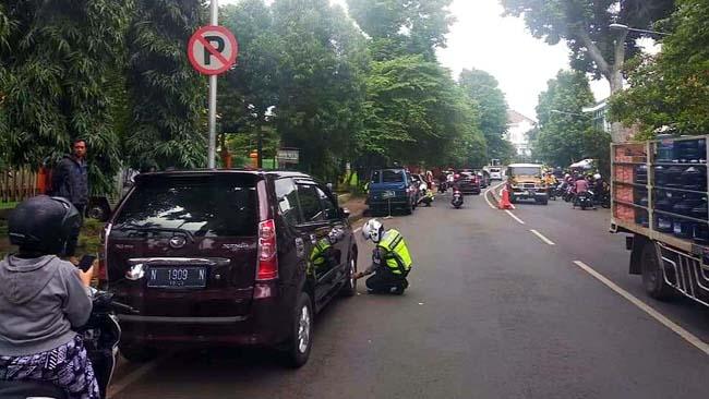 Meski Digembosi, Ngeyel Parkir di Luar RSSA Malang