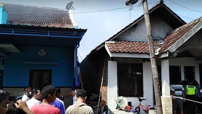 Warga Dukuhsari, Jabon berusaha memadamkan api menggunakan alat seadanya (gus)