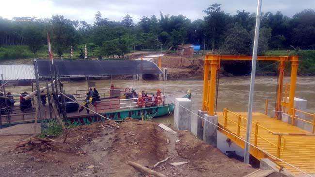 SHELTER : Tampak detail shelter proyek dermaga penyeberangan sungai Tulungagung-Blitar yang didesain PT Geanara Pratama Konsultan dan operasional dermaga Selokajang Kecamatan Srengat Kabupaten Blitar setelah dilakukan permbaikan hingga di akhir Januari 2019. ( fjr/ ari)