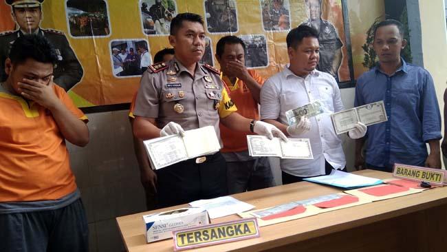 Empat pelaku pemalsuan BPKB dan STNK saat press release di Mapolres Lamongan