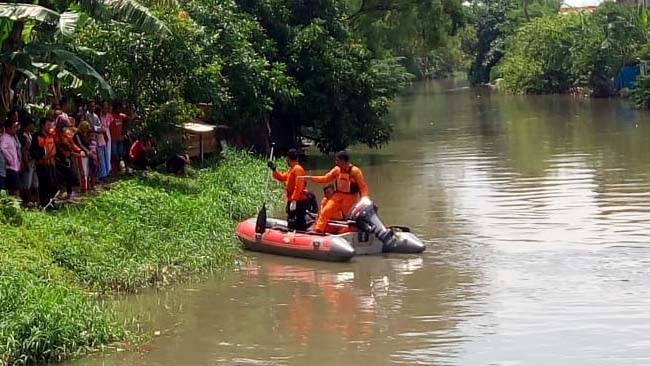 PENCARIAN - Tim Basarna mencari korban, Navis (3,5) yang tenggelam di Sungai Buntung, Desa Kepuhkiriman, Kecamatan Waru, Sidoarjo, Sabtu (02/02/2019)