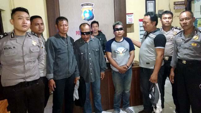 DIKELER POLISI: Dua Pelaku Jambret Abd Sona alias Senna (48), dan Yunus Hendrawan (32), keduanya berasal dari Desa Kotakan, Kecamatan Situbondo Kota, Kabupaten Situbondo. Rabu (6/2/2019) malam. (im)