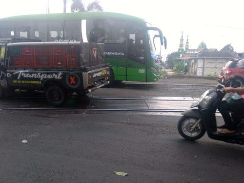 Lokasi rel kereta api yang dalam perbaikan sehingga akibatkan kemacetan dari jalur Lamongan-Surabaya.