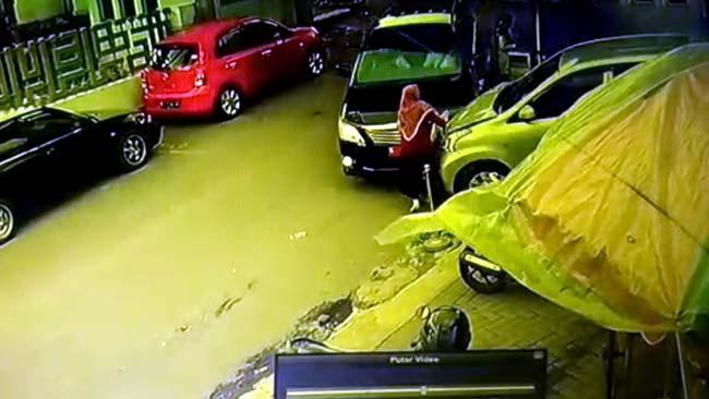 Saat korban berjalan, tertabrak, mobil plat merah berhenti, dan pengemudinya keluar mobil (Repro CCTV)