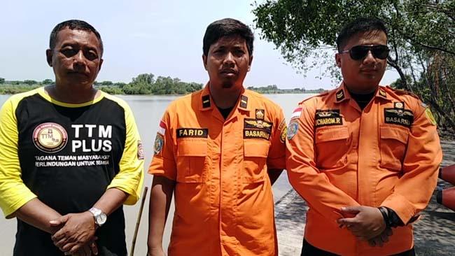 Komandan Tim Basarnas Jawa Timur, Farid Kurniadi (tengah) memberikan keterangan pada awak media (gus)