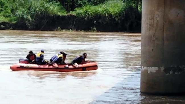 Tim Basarnas saat melakukan pencarian dipusaran air Tempat Kejadian Musibah dibawah jembatan arteri Porong gus)
