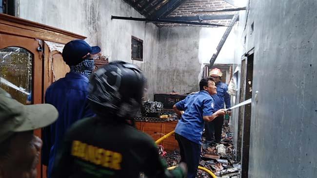 Petugas PMK berusaha memadamkan api di rumah warga Desa Dukuhsari, Jabon (gus)