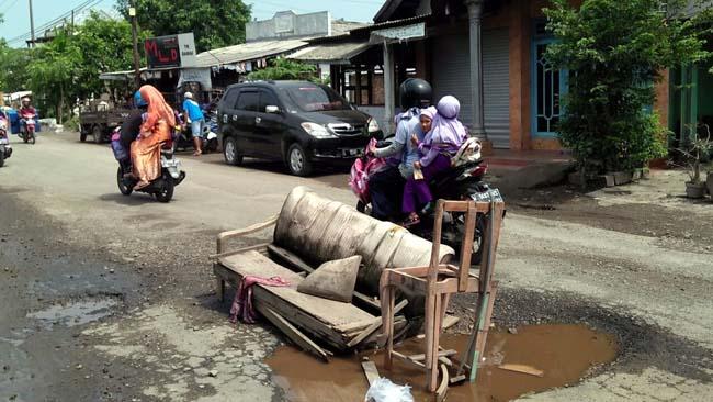 Jalan Raya Cangkring-Krembung Berlubang, Ditandai dengan Sofa Bekas