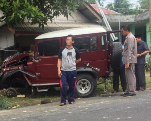 Petugas memeriksa mobil Jeep bernopol AG 1344 L yang menabrak dua sepeda motor