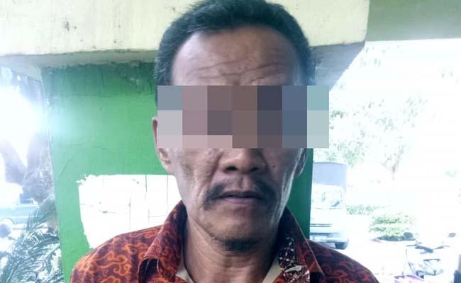 DITANGKAP: SS (50) Pengecer Judi Togel asal Desa Sumberanyar, Kecamatan Banyuputih, Situbondo saat di Mapolres. (im)