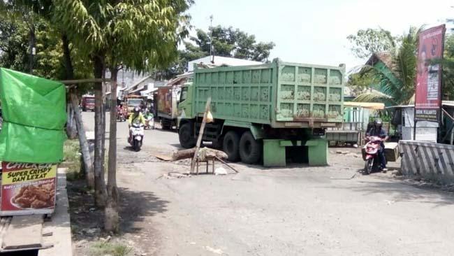 Warga 2 Desa Keluhkan Jalan Hancur Dampak Dumptruk Tambang Banyu Biru